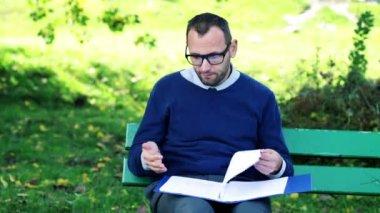 Ongelukkig, overweldigd zakenman in park — Stockvideo