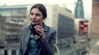 Businesswoman drinking coffee in city — Stock Video