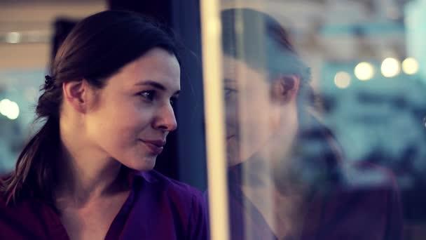 Mujer beber té junto a la ventana — Vídeo de stock