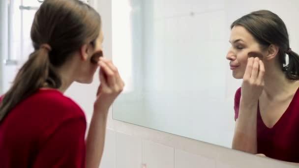 Femme se maquiller le visage avec brosse — Vidéo