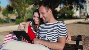 Couple with tablet in park — Stok video