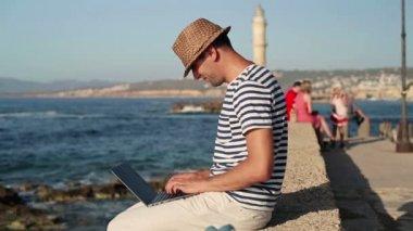 Uomo che lavora su lapotp di mare — Video Stock