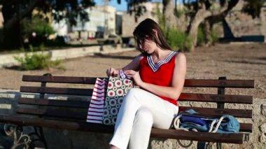 检查购物袋的女人 — 图库视频影像