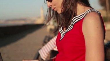 Žena pracující na laptop — Stock video
