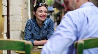 Café'tarihte çift — Stok video