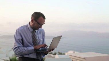 Businessman working on laptop — Stock Video
