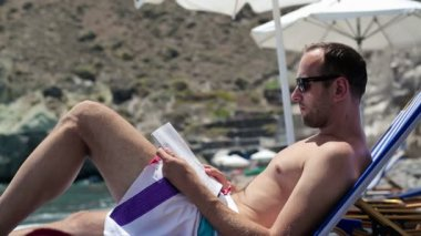 男人阅读杂志 — 图库视频影像