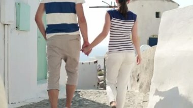 Tourist couple sightseeing Santorini — Stock Video