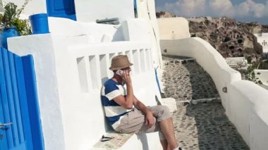 Turista na mobil a relaxaci — Stock video