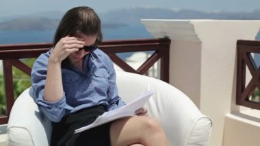 Businesswoman reading documents with bad news — Stock Video