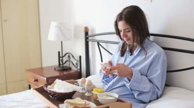 Woman with smartphone and breakfast — Stock Video