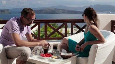Casal entediado durante café da manhã — Vídeo stock