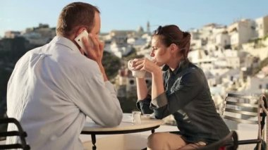 Tourist couple with cellphone in cafe — Stock Video