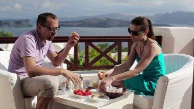 Пара есть кекс — Стоковое видео