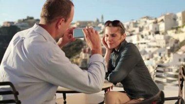 Пара принимая Фото с мобильного телефона — Стоковое видео