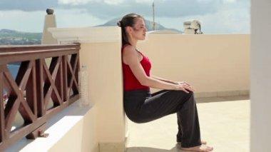 Женщина, осуществляя на террасе — Стоковое видео