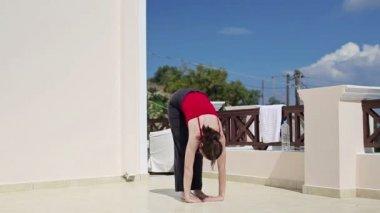 Vrouw doen yoga oefening — Stockvideo