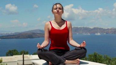 Mujer meditando — Vídeo de Stock