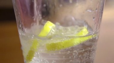 Pouring water on lemon slices — Stock Video