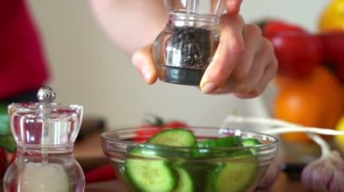 Sprinkle pepper on cucumber salad — Stock Video