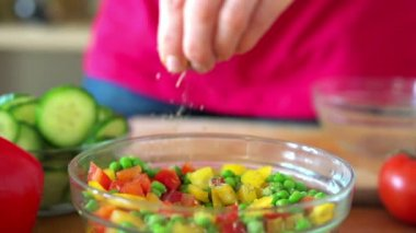 Sprinkle seasonings on fresh salad — Stock Video