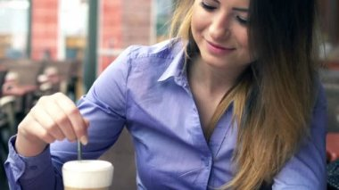 Businesswoman mixing coffee — Stockvideo