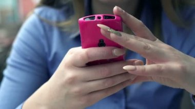 Businesswoman hands texting on smartphone — Stock Video