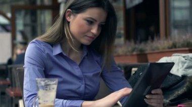 Иusinesswoman with tablet computer — Stock Video