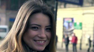 Happy woman in city — Stock Video