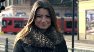Happy woman in city — Stockvideo