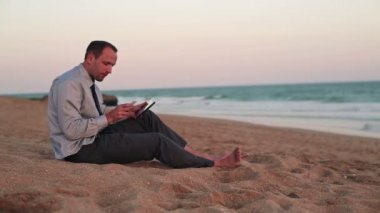 Businessman working with tablet and smartphone — Vídeo de stock