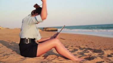 Businesswoman with tablet on beach — Stock Video