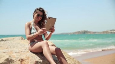 Woman chatting on tablet by sea — Stock Video