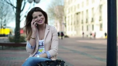 Woman talking on cellphone in city — Stock Video