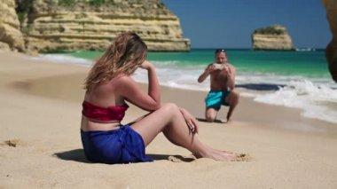 Par ta foto på stranden — Stockvideo