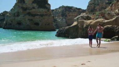 Casal caminhando na praia — Vídeo stock