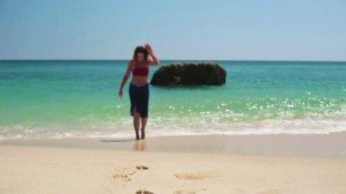 Woman walking on beach — Stock Video