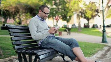 Uomo con smartphone nel parco cittadino — Video Stock