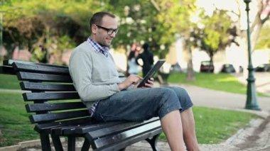 Uomo con computer tablet nel parco — Video Stock