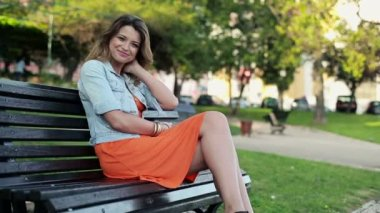 Woman on bench in the city — Vídeo de stock