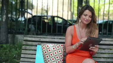 Woman with tablet computer in the park — Vídeo de stock