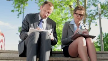 Business couple with documents and smartphone — Stockvideo