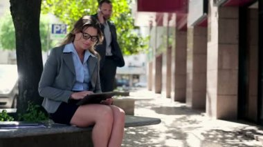 Businesswoman with tablet in the city — Vídeo Stock