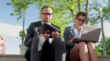 Mensen uit het bedrijfsleven met tablet pc en laptop — Stockvideo