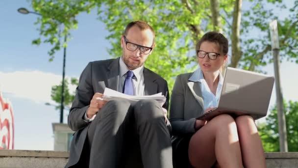 Hommes d'affaires travaillant avec des documents et ordinateur portable — Vidéo