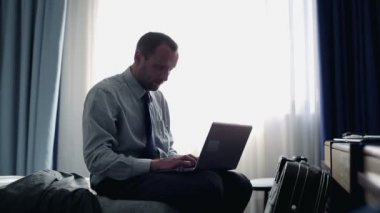 Businessman working on laptop in hotel room — Stock Video