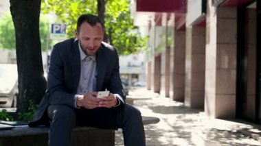 Businessman with smartphone in the city — Stock Video