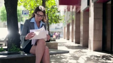 Businesswoman reading documents in the city — Stock Video