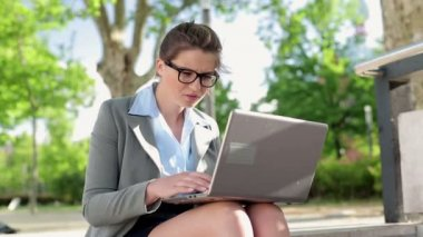 Frustrated businesswoman  with laptop — Stockvideo