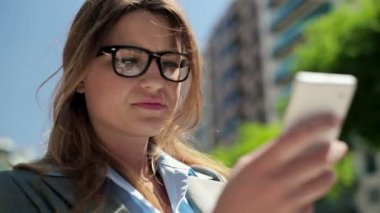 Empresaria con smartphone en ciudad — Vídeo de Stock